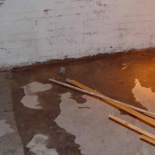 Kelderlekkage door slechte aansluiting wand en vloer.