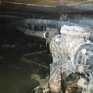 Vochtige kruipruimte veroorzaakt vocht en koude in bovengelegen woning.